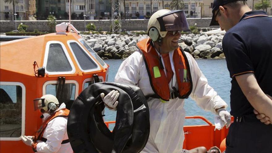Cinco inmigrantes alcanzan una playa de Ceuta en una balsa