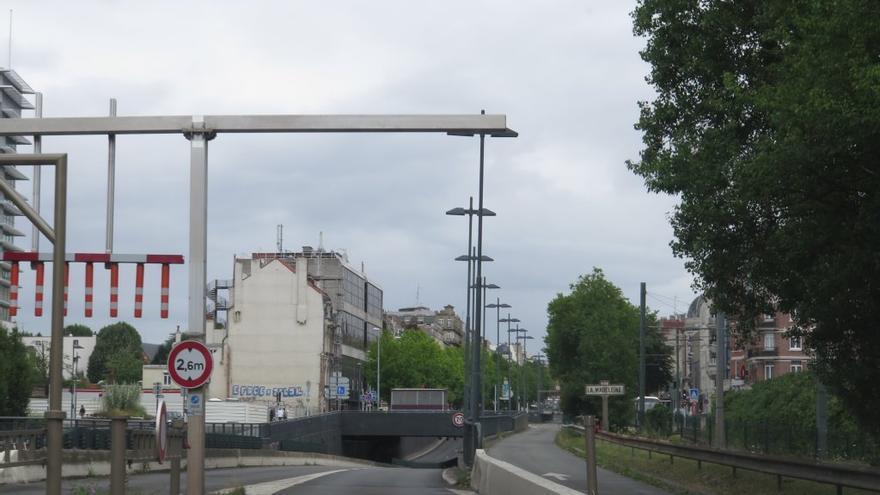Arco sin aviso de seguridad sobre la altura máxima antes del acceso al túnel
