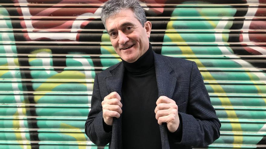 El periodista y escritor Guillermo Fesser, junto a unos grafitis en Madrid.