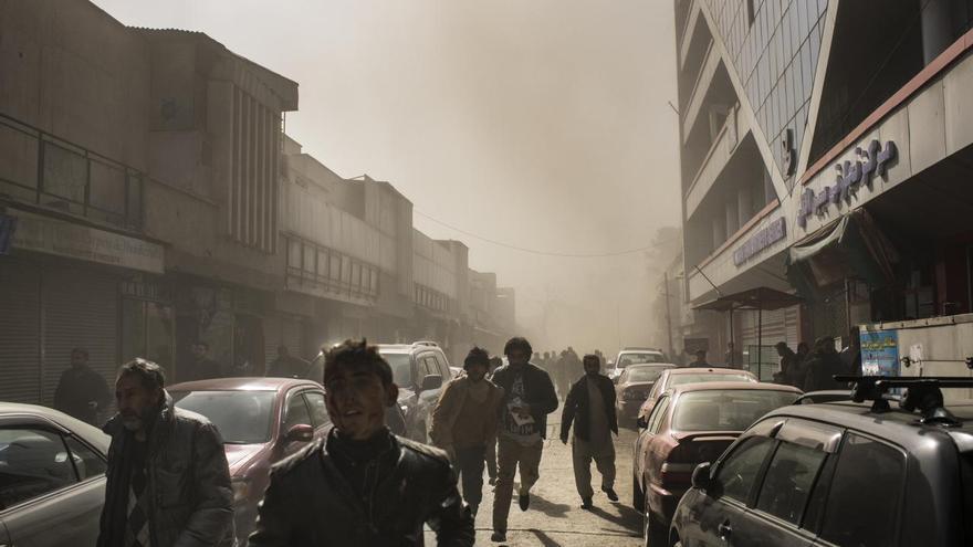 © Andrew Quilty, Agence Vu. 'Ambulance Bomb', serie ganadora del tercer premio en la categoría 'Spot news'. Comerciantes, transeúntes y residentes salen corriendo de la escena segundos después de que explote una bomba de ambulancia en Kabul, Afganistán.