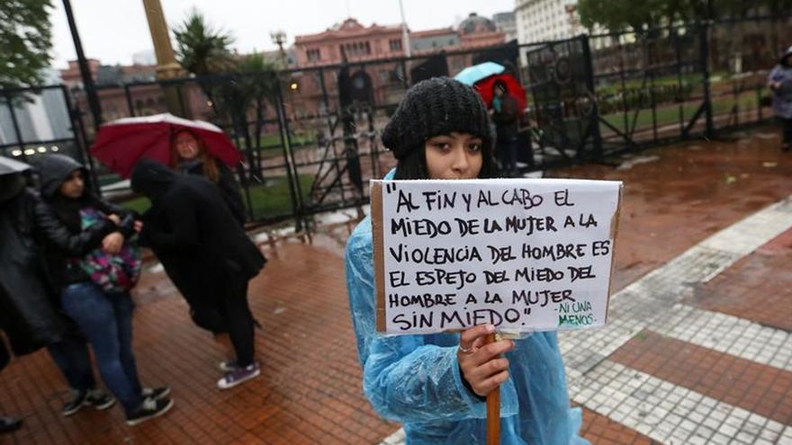 """Una mujer con un cartel en la marcha convocada por la plataforma social """"Ni Una Menos"""", en Buenos Aires (Argentina)"""
