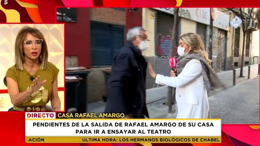 El padre de Rafael Amargo increpa y empuja a una reportera de 'Socialité' en pleno directo