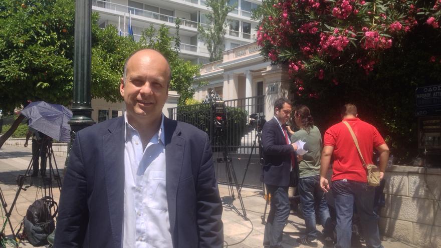 Stavros Karagkounis, asesor del ministro del Estado, frente a la residencia Maximou, las oficinas del primer ministro, Alexis Tsipras. / A. G.