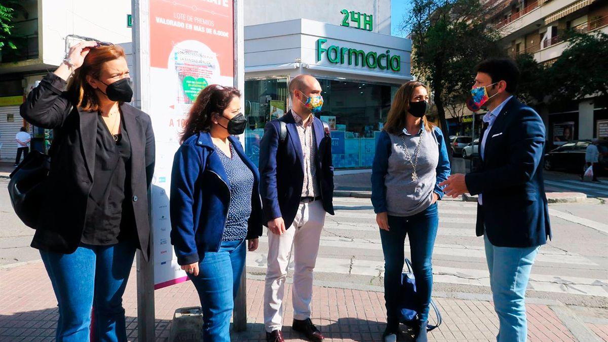 Concejalas del PSOE con representantes del comercio en La Viñuela y el Marrubial.