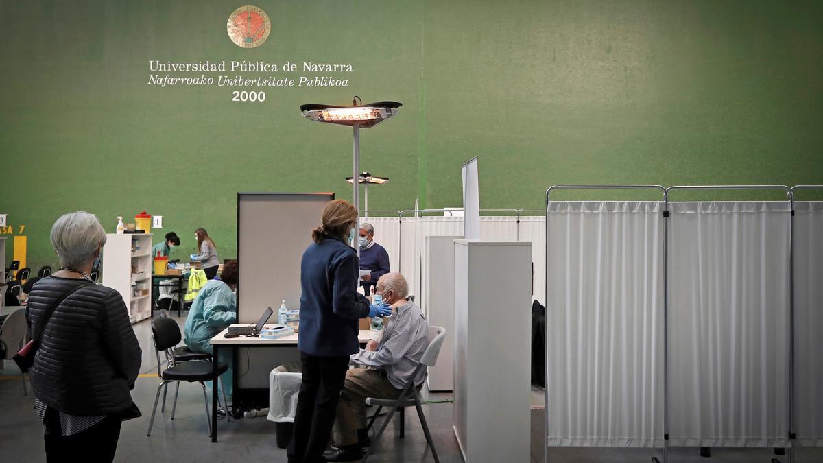 Una persona se vacuna contra la COVID-19 en el frontón de la Universidad Pública de Navarra. EFE/Villar López/Archivo