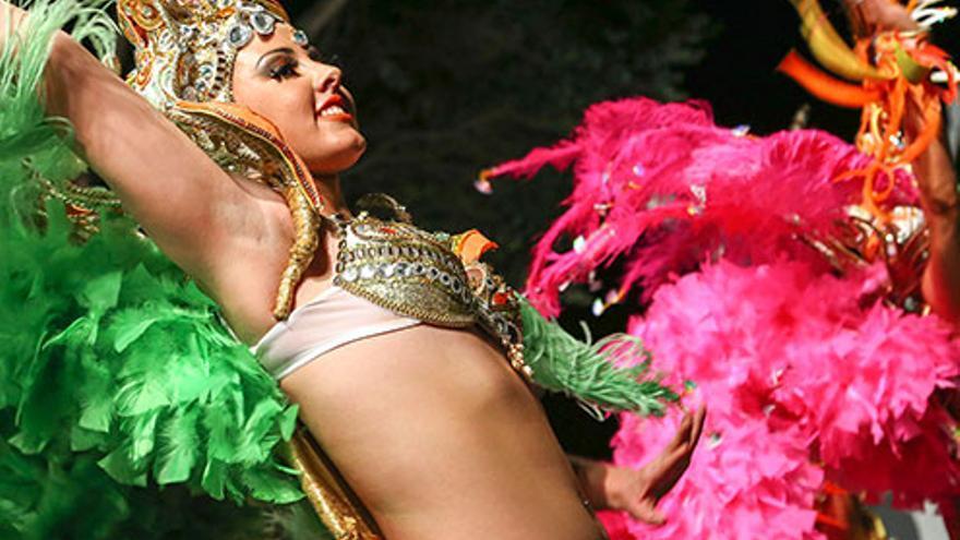 Componente de Los Rumberos, en una escena de baile y en imagen de archivo