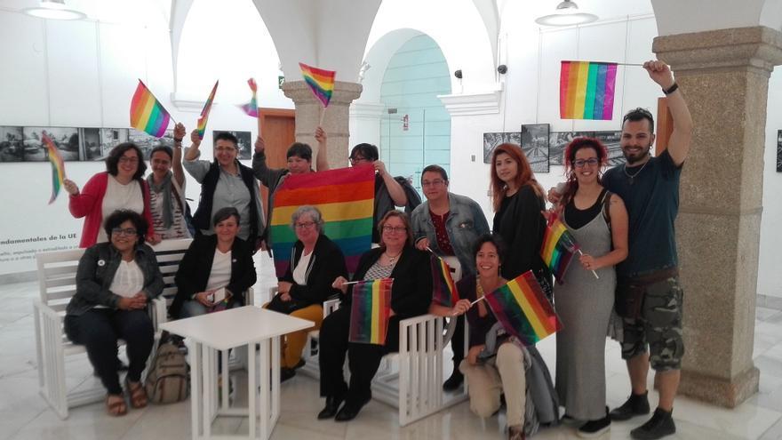 Banderas arco iris en el acto institucional de la Asamblea de Extremadura / JCD