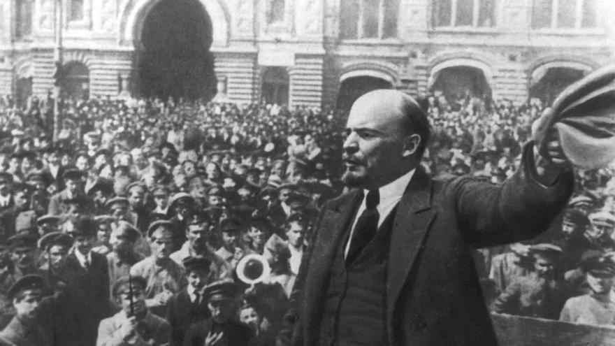 Lenin se dirige a la multitud en la Plaza Roja de Moscú, el 26 de octubre de 1917. / Heritage Partners / Gtresonline