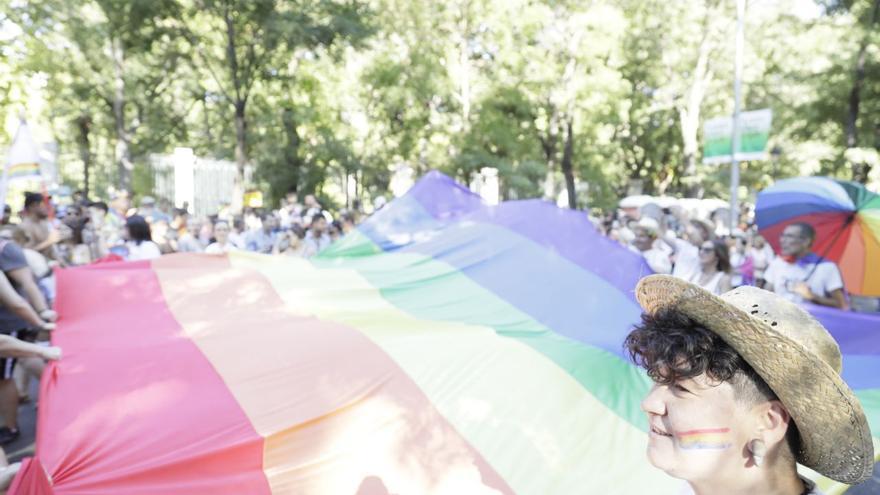 Manifestantes sostienen una gran bandera LGTBI en el Orgullo 2019 en Madrid.