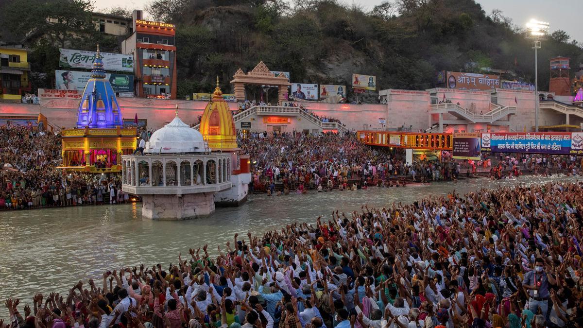 Celebración del Kumbh Mela, a la orillas del río Ganges, en Haridwar, India, el 11 de abril.
