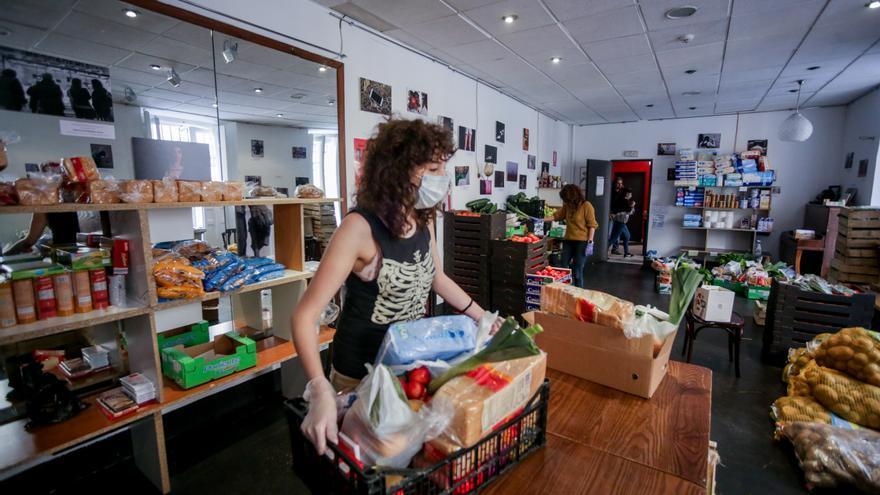 El banco de alimentos montado en el Teatro del Barrio de Madrid. / Ricardo Rubio / Europa Press