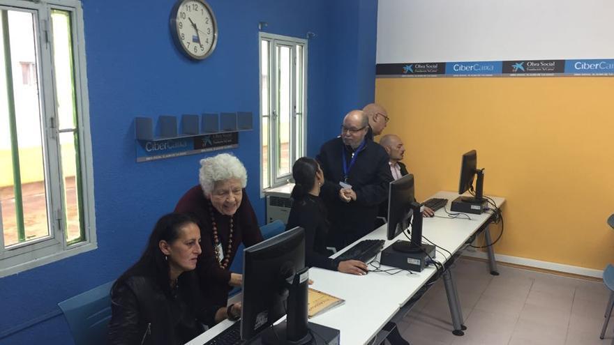 Isabel, Susana y Vicente en los ordenadores con los voluntarios Palmira, Gabriel y Javier
