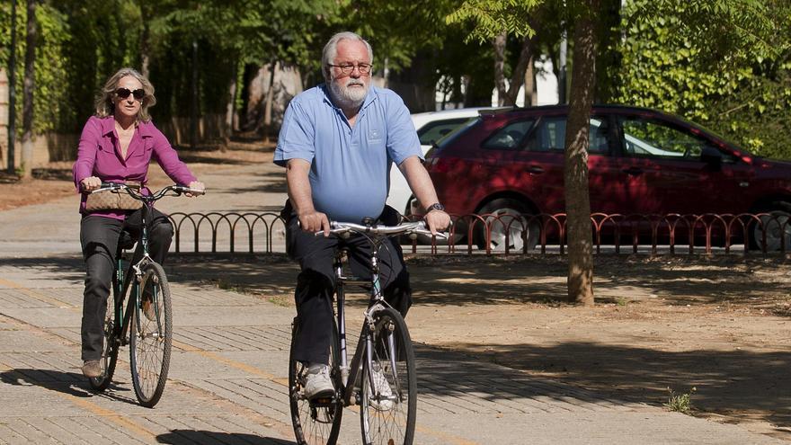 Arias Cañete y su esposa, Micaela Domecq, pasean en bicicleta por Jerez de la Frontera en mayo de 2014. EFE