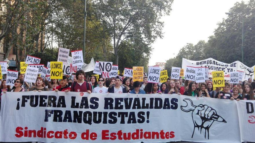Cabecera de la manifestación de la tarde contra las reválidas y la Lomce