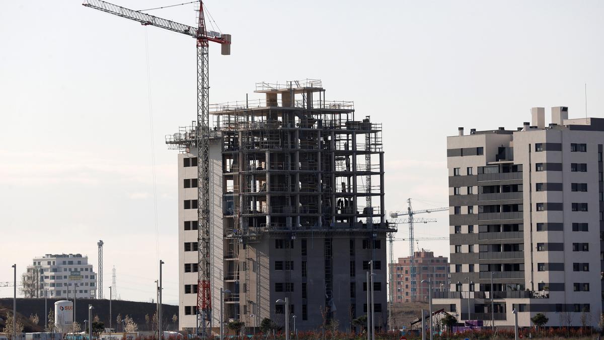 Vista de varios bloques de viviendas en construcción. EFE/Chema Moya/Archivo