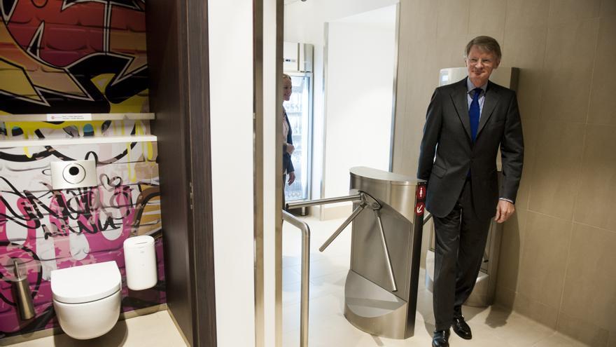 El embajador del Reino de los Países Bajos en España, Cornelis van Rij, en la inauguración de los nuevos baños de la estación de Atocha (Madrid). / GDG / G3online