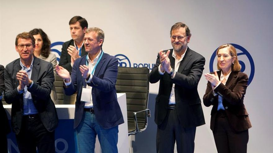 El jefe del Gobierno en funciones y líder del PP, Mariano Rajoy (2d), acompañado por la ministra de Fomento, Ana Pastor (d), el presidente del PPdeG, Alberto Núñez Feijóo (i), y Alfonso Rueda, este 13 de marzo, en Pontevedra.