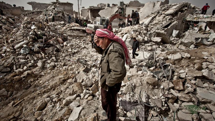Yousef Abo juto a las ruinas de sus casa. Un misil Scud se estrella en el barrio de Tariq Al Bab de Alep/ Pablo Tosco/ Intermón Oxfam
