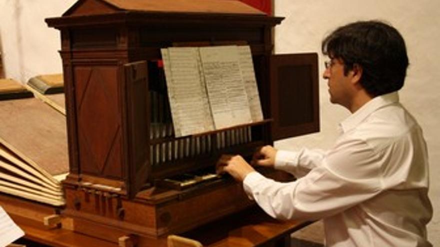 Bru i Soler en el órgano de La Encarnación.