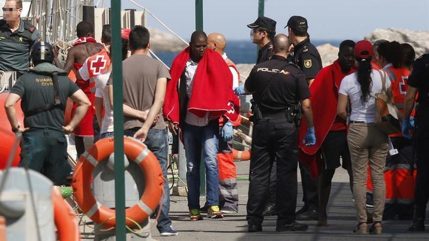 Llegan en buen estado a Motril los 32 inmigrantes rescatados de una patera
