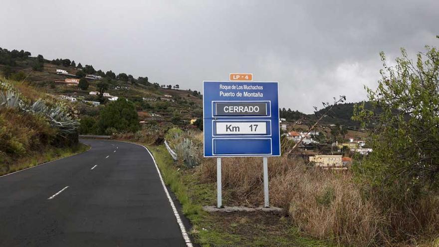 Imagen de archivo de la carretera LP-4 cerrada al tráfico.