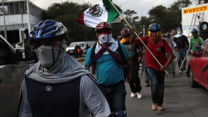 Familiares y estudiantes de Ayotzinapa inician caravana por 43 desaparecidos