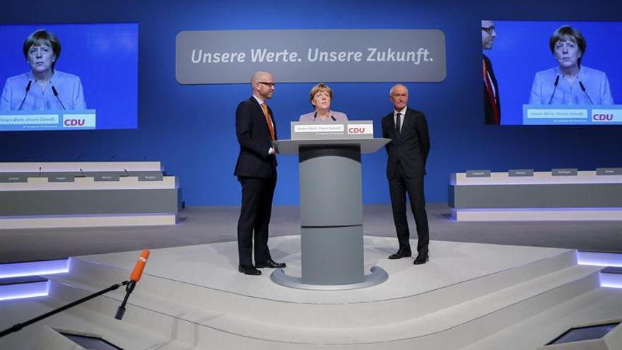Merkel busca zanjar cismas en torno a los refugiados en un congreso preelectoral