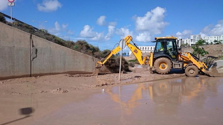 El Ayuntamiento inicia las primeras tareas para asegurar la ladera que amenaza con desprendimientos en Jinámar