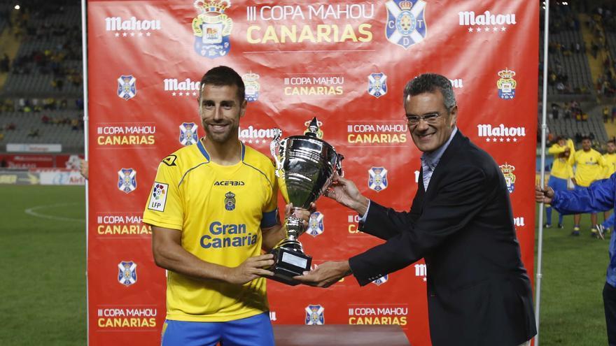 David González con el trofeo de la III Copa Mahou, ganada por la UD Las Palmas (UDLASPALMAS.ES)