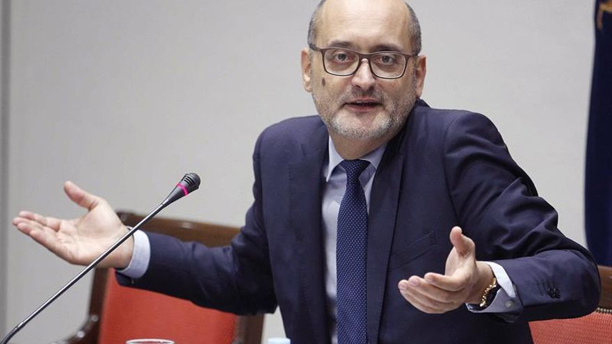 El experto Juan José Rodríguez durante su intervención en la comisión parlamentaria que estudia la reforma del sistema electoral canario. EFE/Cristóbal García