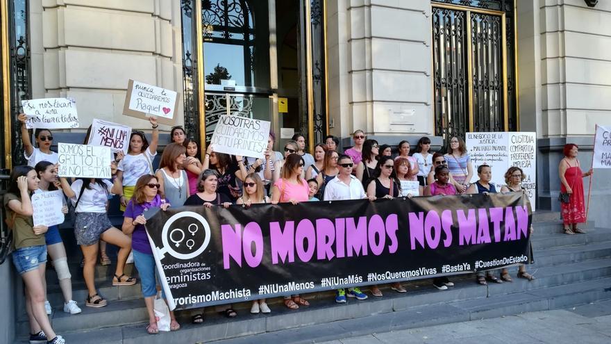 Amigas de la asesinada sujetaron el cartel