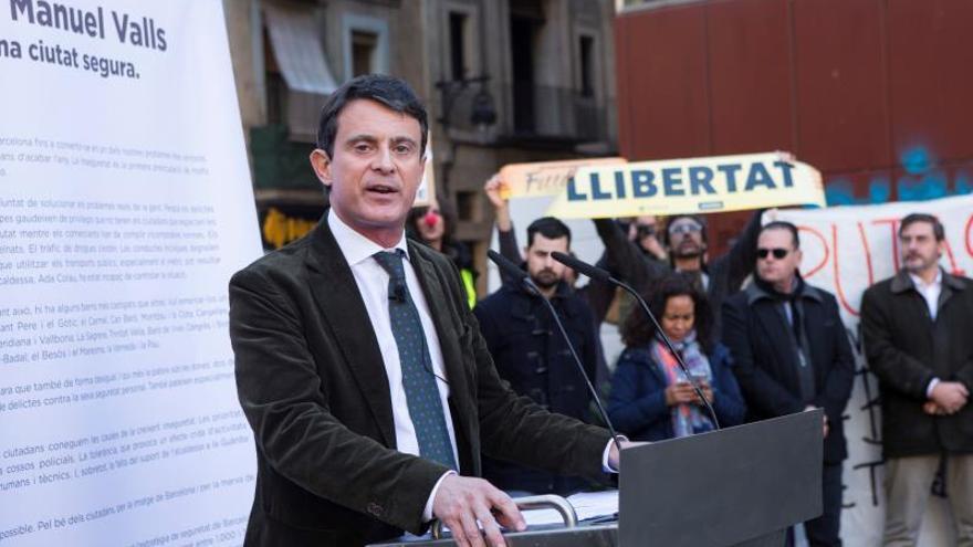 Decenas de personas intentaron boicotear a Valls en el Raval