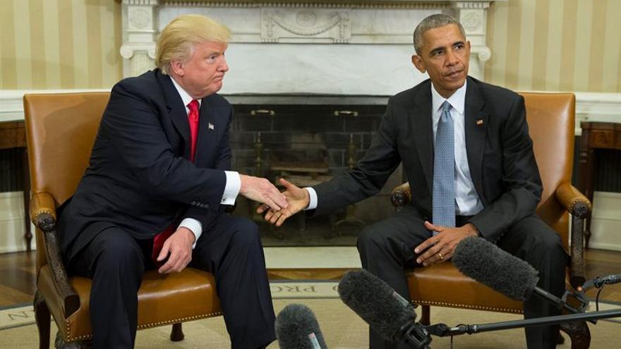 El presidente de los Estados Unidos, Barack Obama (d), estrecha su mano con el presidente electo Donald Trump (i) al final de su encuentro en el despacho oval en la Casa Blanca, en Washington (Estados Unidos), hoy, 10 de noviembre de 2016.