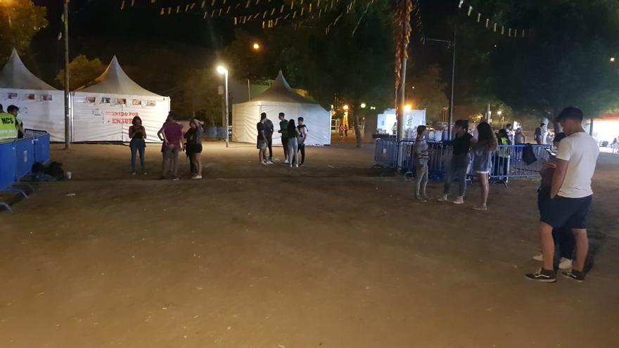 Solo unas decenas de personas acuden al concierto de Team D'Luxe, el que sustituye a los hermanos Pastor en las fiestas oficiales de Aravaca.