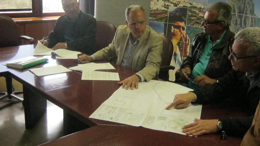 Curbelo firma el contrato de electrificación del caserío de El Clavo