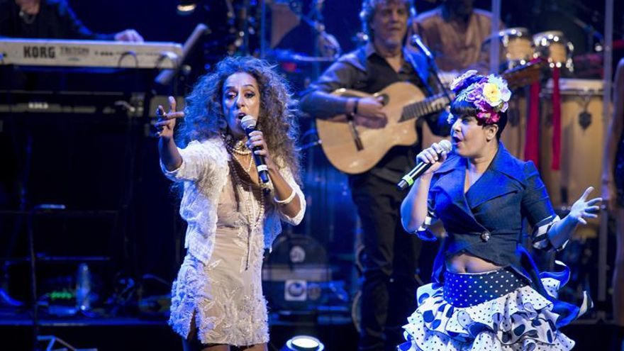 Rosario Flores besa el suelo del Real en su noche de gloria entre amigos