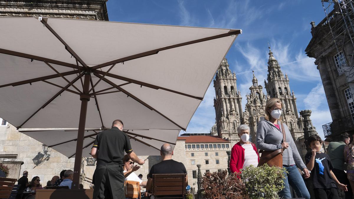 La terraza de un bar tras ampliar aforos, en la plaza del Obradoiro, a 9 de octubre de 2021, en Santiago de Compostela, A Coruña, Galicia