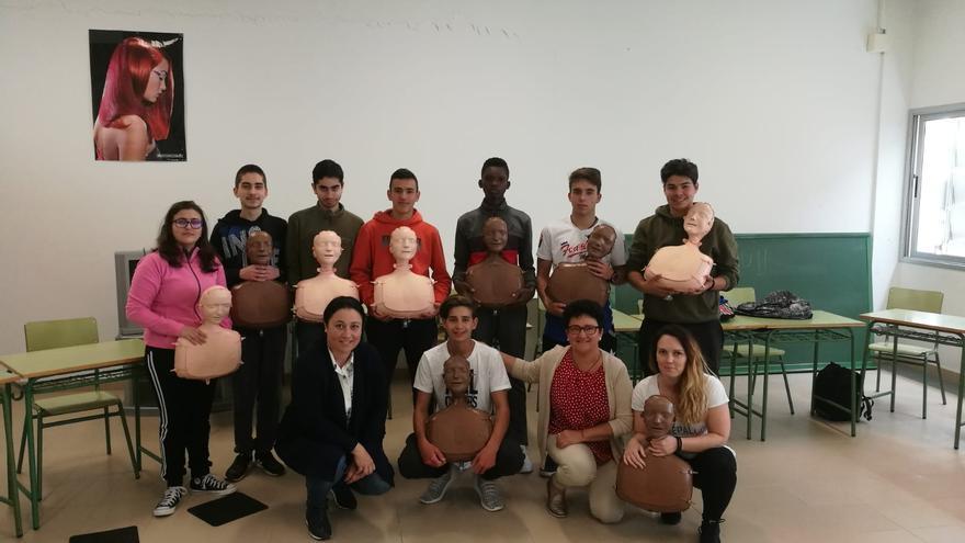 Carmen Brito junto a alumnos de Las Breñas.