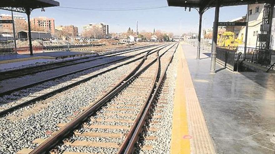 Vías en desuso en la estación de trenes de Granada