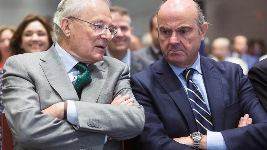 """De Guindos cree que se va a producir una """"normalización"""" de los salarios"""