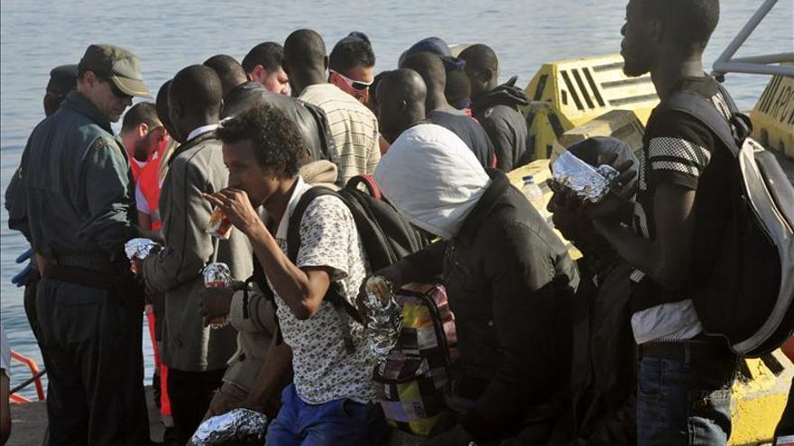 Un grupo de 16 inmigrantes desembarca en Ceuta y se detiene al patrón de la patera