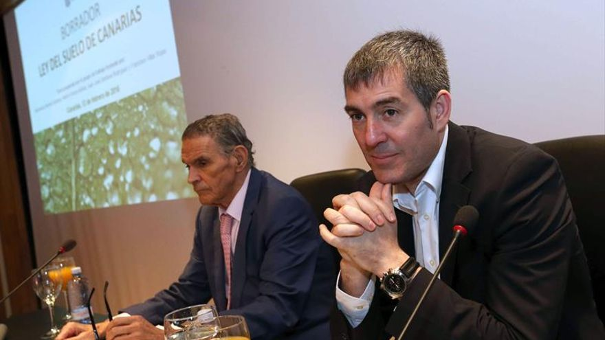 El presidente de Canarias, Fernando Clavijo (d), junto al presidente de Inforcasa, Juan Francisco García (i)