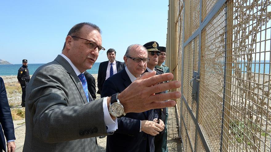 El ministro del Interior, Jorge Fernández Díaz, en su recorrido del perímetro fronterizo del Tarajal en Ceuta. / EFE.