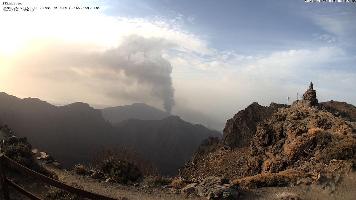 Cumbres de La Palma,  este martes, 28 de septiembre, con la columna de humo y ceniza que emite el volcán  en el centro  de la imagen captada de la webcam del IAC en el Roque de Los Muchachos.