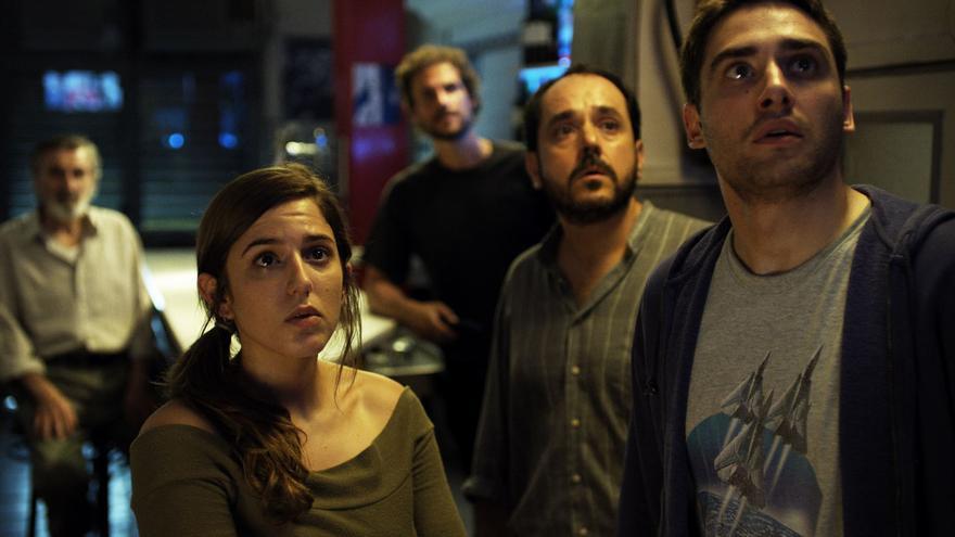 Fotograma del primer capítulo de la serie con Marina Salas y Llorenç González