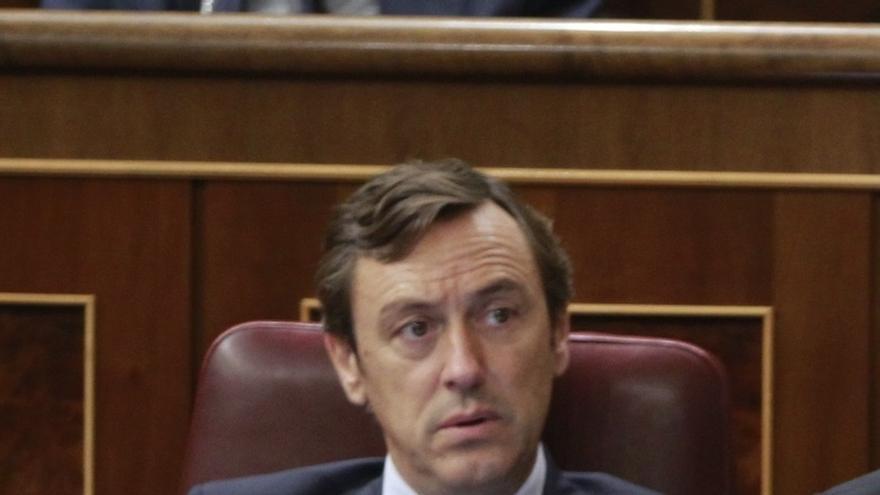 El PP achaca falta de criterio a Pedro Sánchez, que en Madrid habla como Podemos y en Barcelona como nacionalista