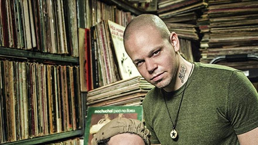 Calle 13 publica en España su oda al 15-M de la mano de Julian Assange