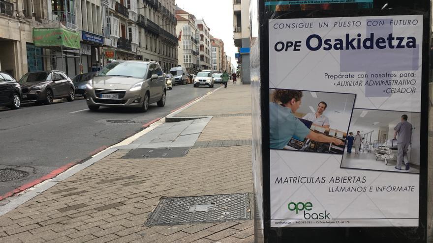 Carteles de la OPE de Osakidetza en una calle de Vitoria.