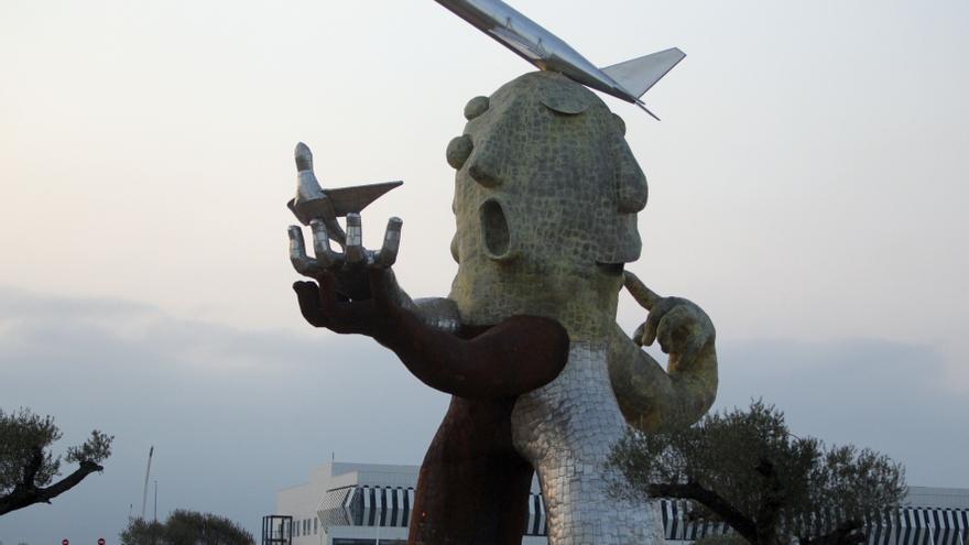 """Gobierno valenciano dice que la estatua en el aeropuerto de Castellón no es un """"monumento homenaje"""" a Carlos Fabra"""