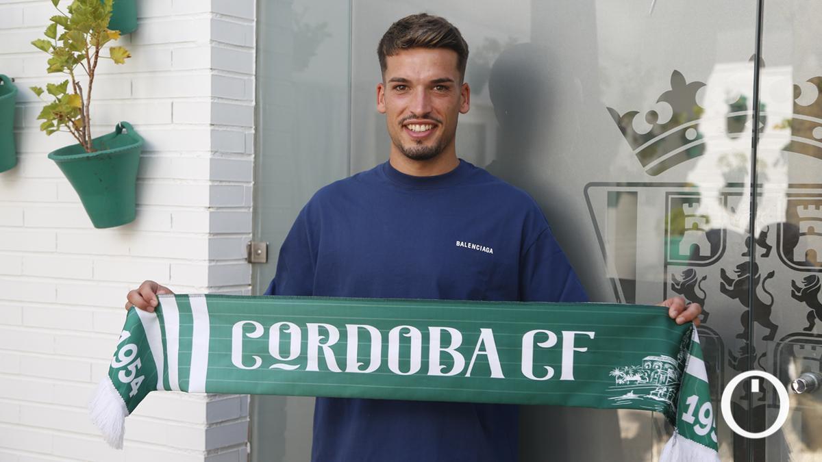 José Alonso posa con la bufanda del Córdoba